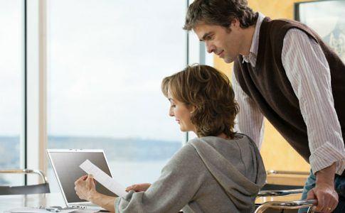 Mann und Frau prüfen Finanzen