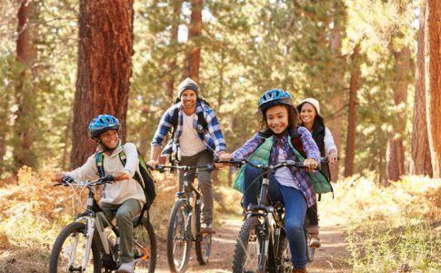 Familie mit Rädern im Herbst