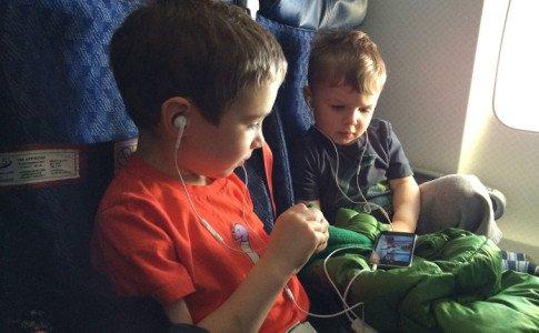 Kinder im Flugzeug