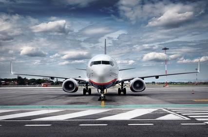 Ein Flugzeug steht auf einem Rollfeld.