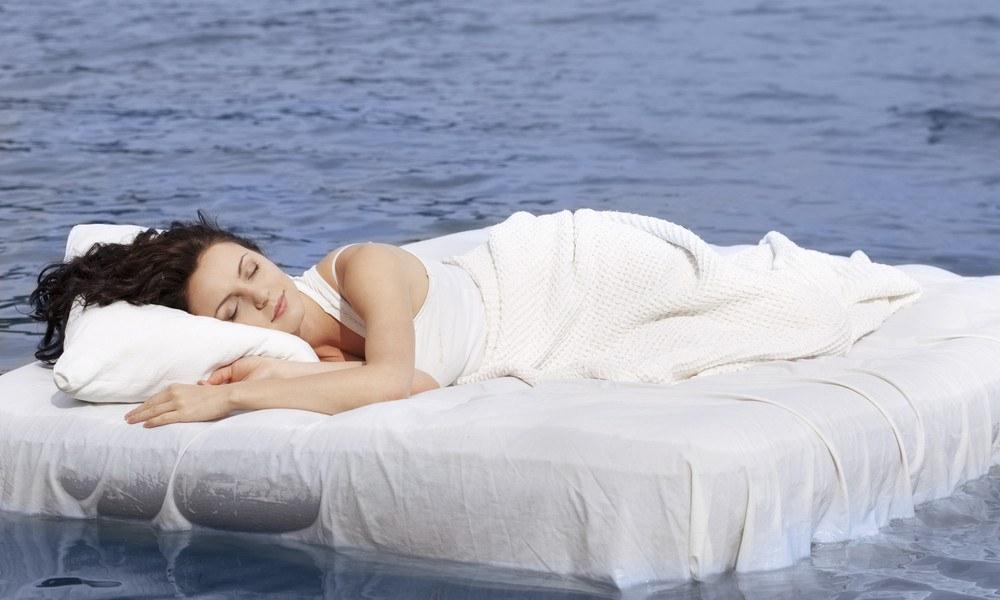 Frau liegt auf Wasserbett