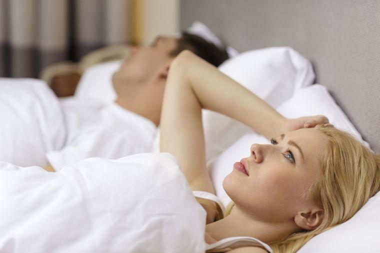 Frau kann nicht einschlafen
