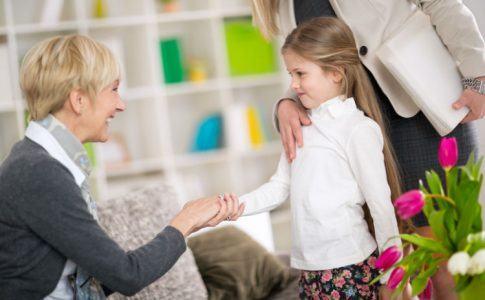 Mädchen und Babysitterin begrüßen sich