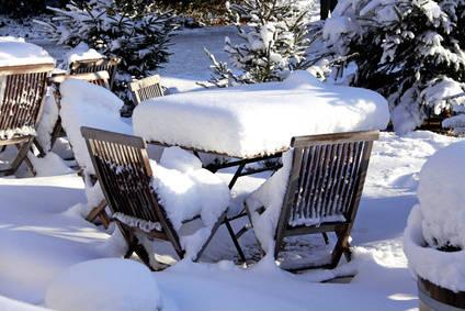 Gartenmöbel im Winter.
