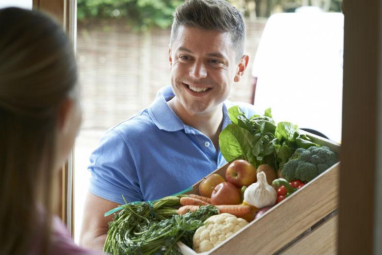 Gemüsekiste wird nach Hause geliefert