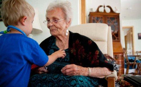 Oma und Kind vereint unter einem Dach