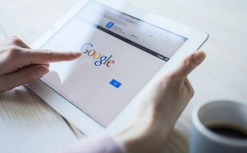 Tablet mit geöffneter Google Startseite