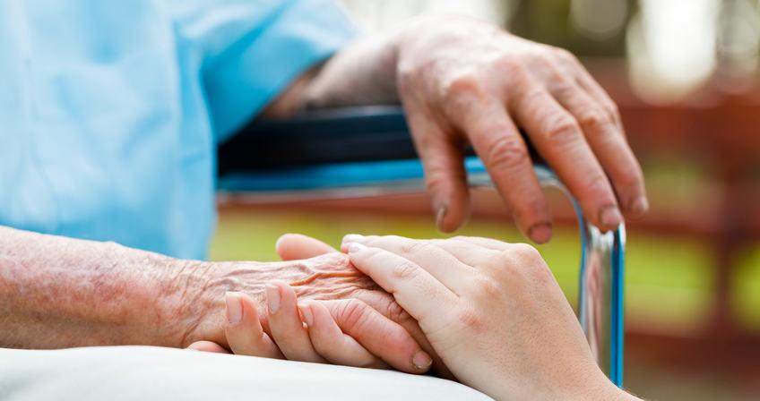 Alter Frau wird die Hand gehalten