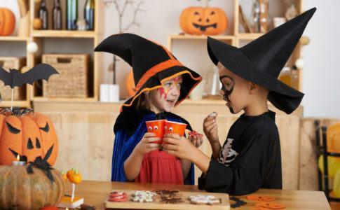 Zwei verkleidete Kinder, die Halloween feiern
