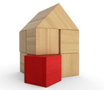 Haus aus Bauklötzchen mit einem roten Klotz