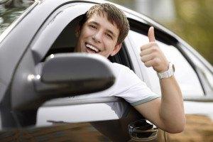 Jugendlicher guckt aus Auto
