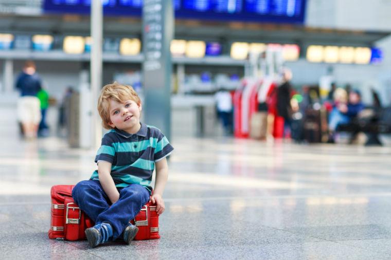 Junge am Flughafen