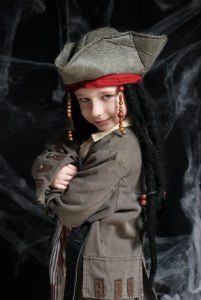 Junge in einem Jack Sparrow Kostüm