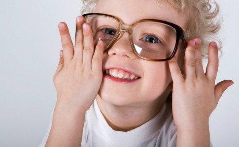 Junge mit großer Brille