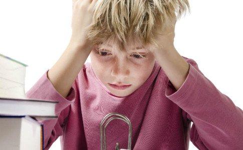 Junge verzweifelt vor Hausaufgaben