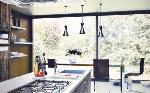 Aufgeräumte Küche im modernen Stil mit großer, heller Fensterfront