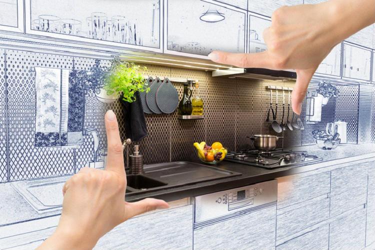 Weibliche Hände, die Rahmung bilden um individuelles Küchendesign