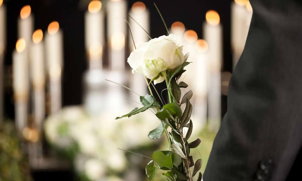 Rose mit Kerzen im Hintergrund