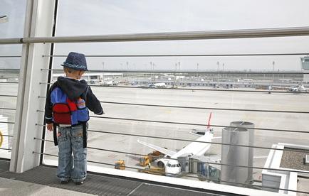 Bereiten Sie eine Flugreise mit ihrem Nachwuchs gut vor