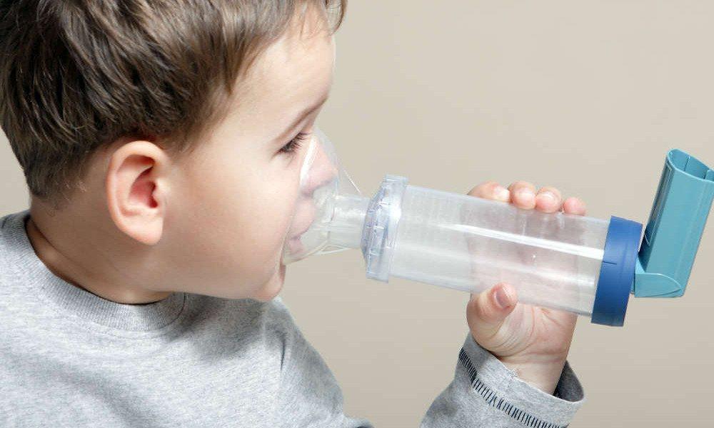 Kind nutzt Inhalator