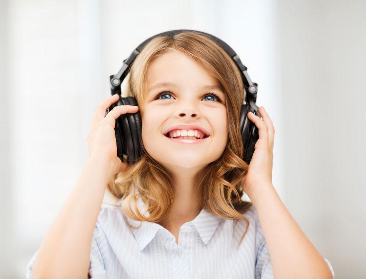 Mädchen hört zur Entspannung Musik