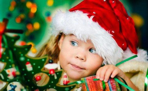 Kind mit Weihnachtsmütze