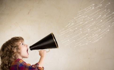 Kind spricht durch ein Megafon