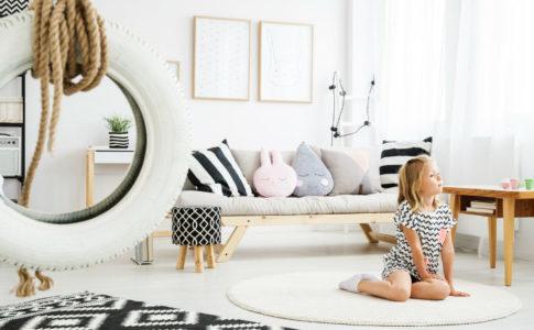 elegantes Kinderzimmer mit sitzendes Kind