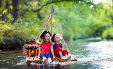 Kinder auf Piratenfloß - Ideen Piratengeburtstag