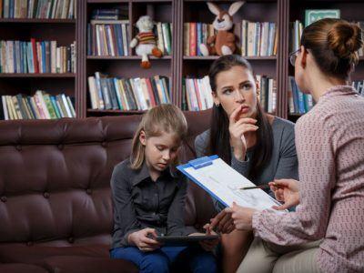 Kind und Mutter bei Therapie