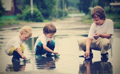 Outdoor Bewegungsspiele für Kinder bei Regen