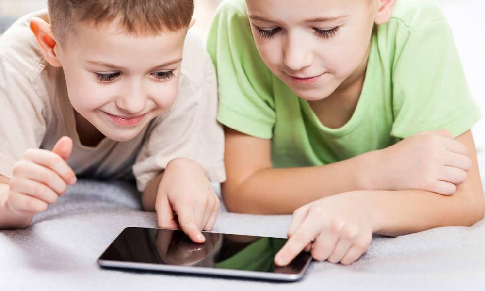 2 Jungs mit einem Smartphone