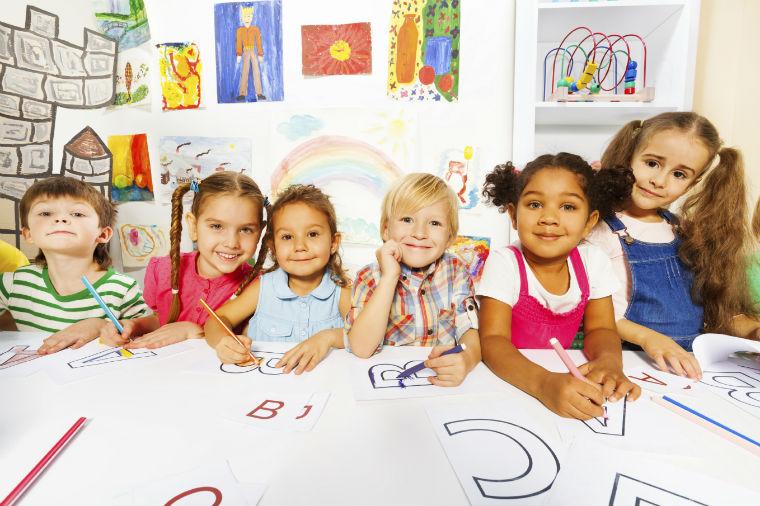 Kinder malen und spielen gemeinsam