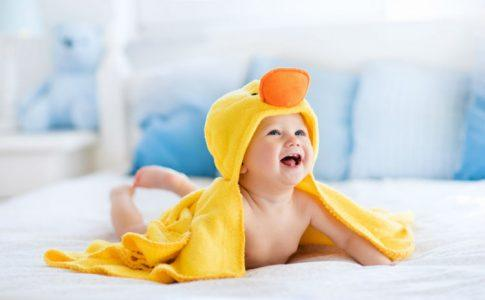 Baby im Badetuch
