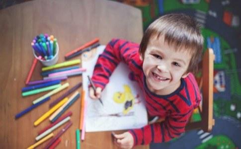 Junge malt
