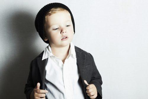 Kindermode präsentiert von einem Jungen.