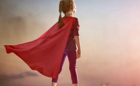 Kind im Superheldenkostüm