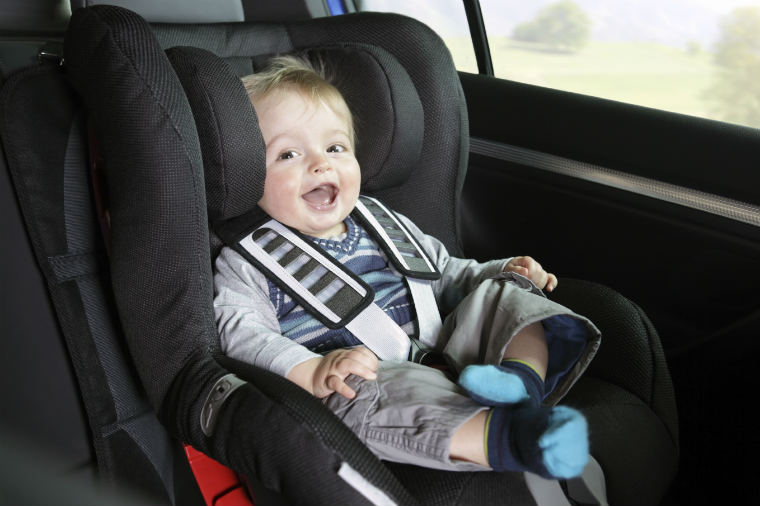 Kleiner Junge im sicheren Kindersitz
