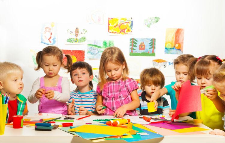Kinder beim kreativen Basteln