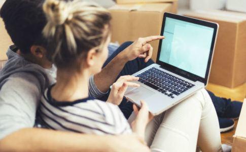 Pärchen recherchiert im Internet nach einer Kreditumschuldung
