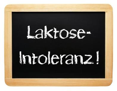 Auf einer kleinen Tafel steht Laktose Intoleranz.