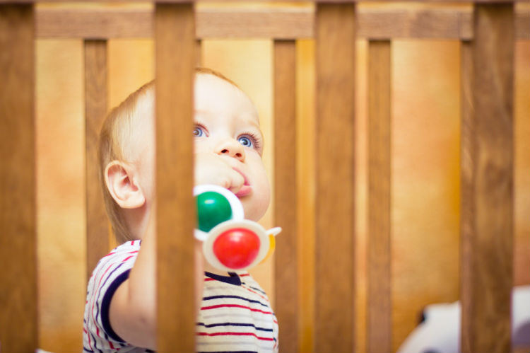 Baby in Laufgitter