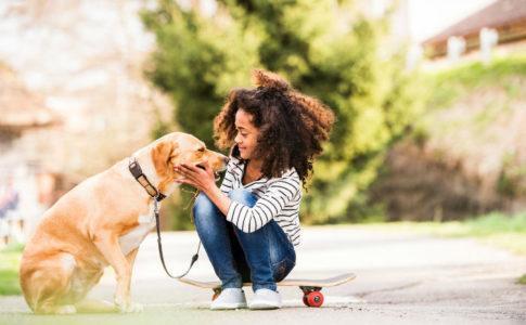 Mädchen spielt mit Ihrem Hund