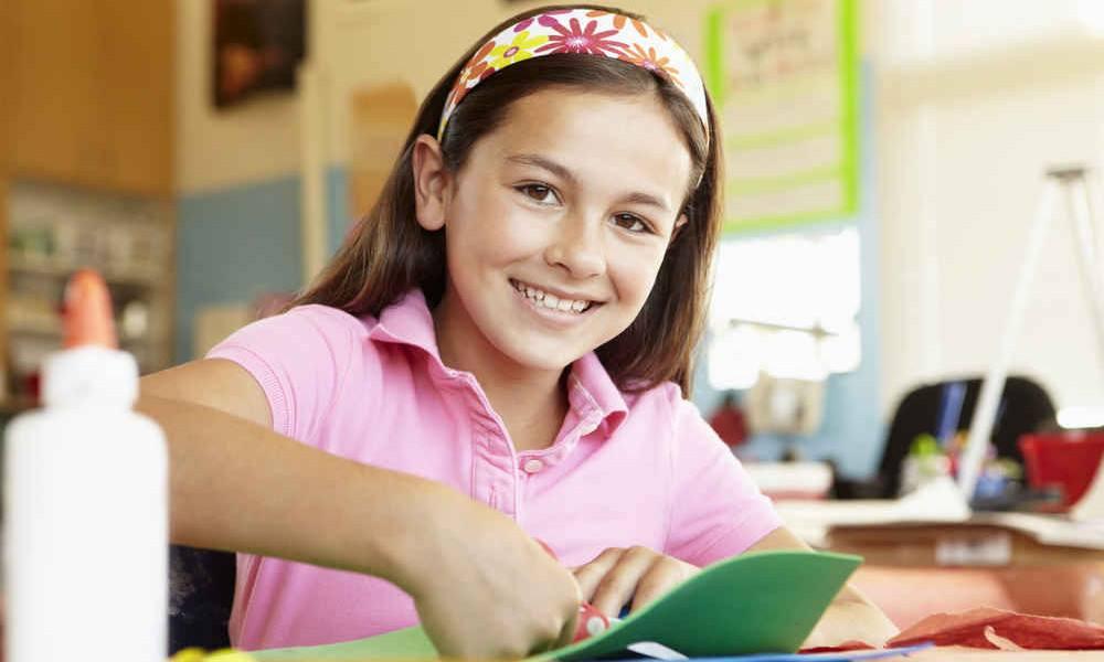 Mädchen bastelt eine Karte
