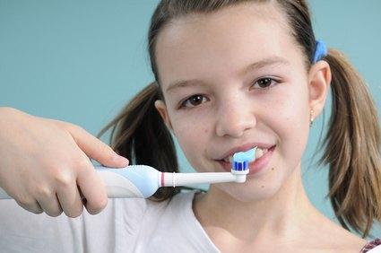 Mädchen mit elektrischer Zahnbürste