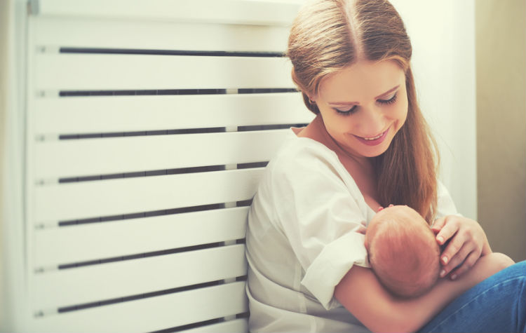 Glückliche Mutter beim Stillen