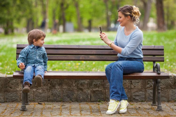 Junge Eltern mit sozialen Medien