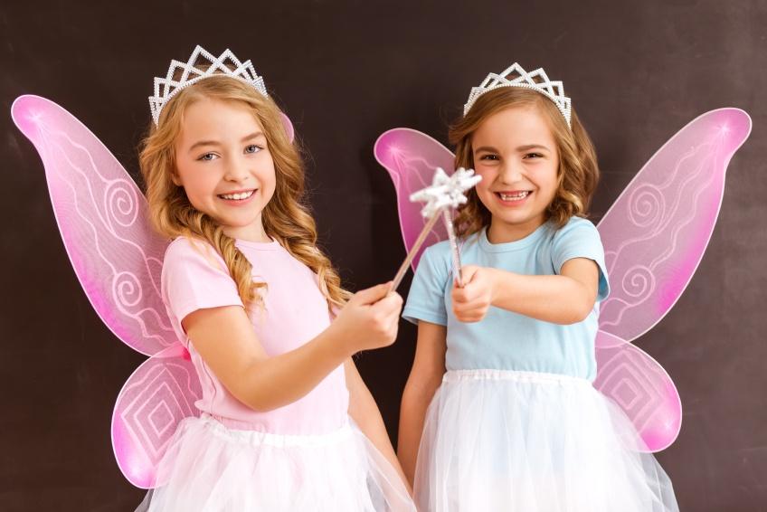 Zwei Kinder im Elfenkostüm