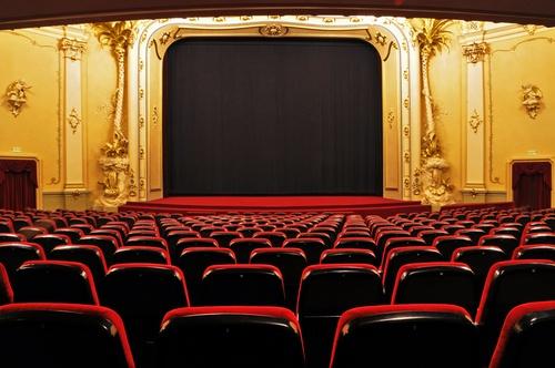Ein leeres Theater und eine Musical-Bühne