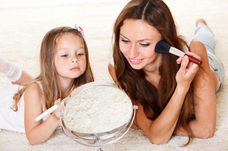 Mutter und Kind schminken sich